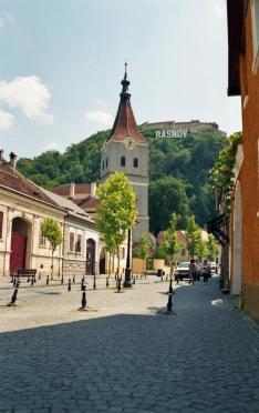 Barcarozsnyói utcakép a várral