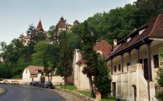 Törcsvári utcakép eső után, háttérben Nagy Lajos és Zsigmond uralkodása alatt épített várral - a korábbit, II. András a Német Lovagrend kiűzése után leromboltatta