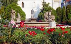 Nyári színek Székelyudvarhely főterén, háttérben Orbán Balázs szobra