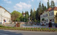"""Székelyudvarhely főtéri részlete, a """"Patkó"""", a református templom mellől fényképezve"""