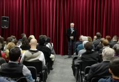 Tóth Tivadar, Segesvár alpolgármestere, ünnepi beszédet mond a Gaudeamus Ház művelődési termében
