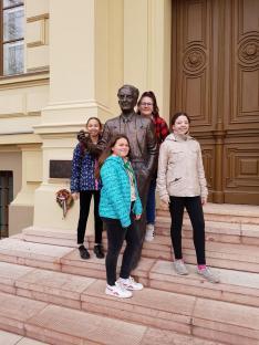 Szentgyörgyi Albert szobránál