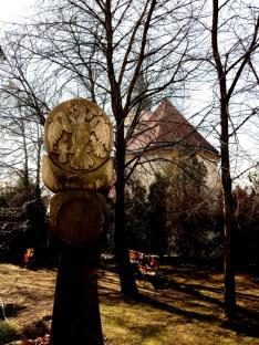 Templom és emlékoszlop