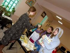 A jelmezben érkezők érékes mesekönyvekkel és gyermek szakácskönyvekkel térhettek haza