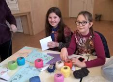 A lányok elég türelmesek voltak a varráshoz, mosolyogva készítették a színes képeslapokat