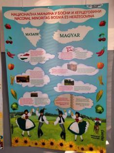 A helyi fiatalok magyar plakátja a nyelviskolában