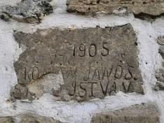 A vár kőfalába vésett magyar nevek egyike