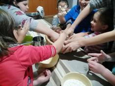 Halmágyon gyermekek dagasztják be a hálaadó istentisztelet kenyerét.