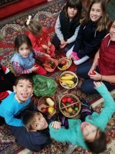 Gyümölcsöket, zöldségeket és  terményeket rendeznek kosarakba a halmágyi gyermekek