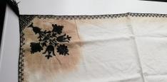 Az 1874-es mátkakendő díszes sarka a Fogaras-földi Vármúzeum raktárában. Muzeul Tarii Fagarasului Valer Literat, Fogaras