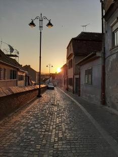 Nagyszebeni utcarészlet napfelkeltében