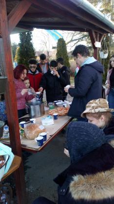 Meleg tea, zsíros kenyér és farsangi fánk várta a látogatókat