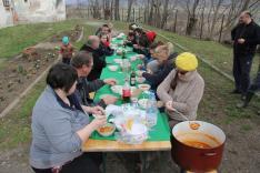 Önkéntesek hamuval fűszerezett ebédje
