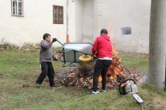 Az utolsó adag gally és törmelék tűzre vetése
