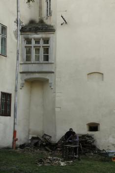 Faaprítás a kastély árnyékában
