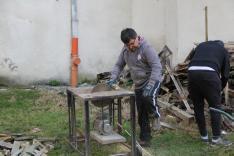 A legtöbben gereblyével és ásóval, mások komolyabb eszközökkel dolgoztak