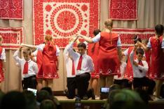Az alsósok palotás tánca