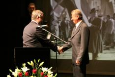 Almási Vincze Pál átveszi a Magyar Arany Érdemkereszt kitüntetést