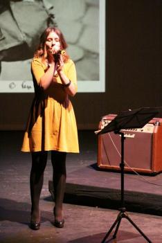 Vinczi Annamária énekel