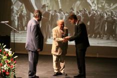 Halász Ferenc és Molnár Zsolt átadják a Szabadság-szobor emlékplakettet Oberten János részére