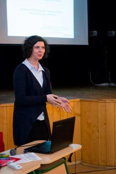 dr. Maróti Orsolya, a Külgazdasági és Külügyminisztérium Nemzetközi magyar nyelvi képzésekért és oktatásért felelős főosztály főosztályvezető-helyettese a magyar nyelv hatékony oktatásáról tartott előadást