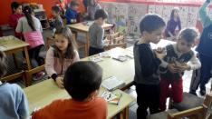 Majd velük is apró kiszebábukat hajtogattunk a rajzokból.
