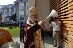 Milan püspök megszenteli az új épületet