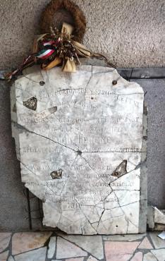 Eredetileg Dávid Ferenc emlékcellájánál elhelyezett márványtábla - jelenleg az unitárius parókia udvarán található