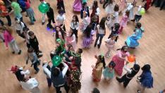 Közös tánc a maskarákban