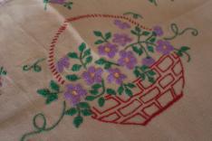 Maradékon nagyon gyakori volt az öt sziromból álló, lila színű virághímzés