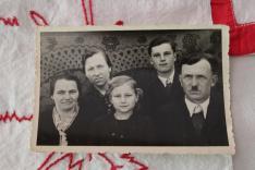 Berta Viktória, azaz Vicus néni (balról második) egész Maradékot ellátta mintákkal, aki Rózsa néni nagynénje volt