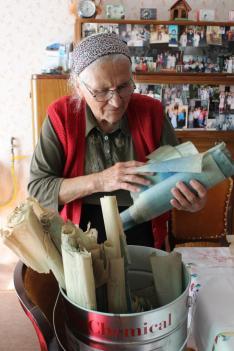 Mára feltekerve vannak tárolva az egykoron napi használatban lévő papírok
