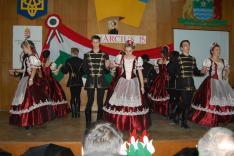 A Máramarosszigetről érkezett Sziget tánccsoport palotást táncol
