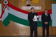 Dr. Grezsa István kormánybiztos úr és Mikulyák László rahói esperesplébános emléklapokat ad át a rendezvényen fellépő csoportok képviselőinek
