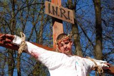 Jézus meghal a keresztfán