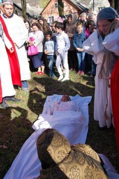 Jézus testét lepelbe teszik