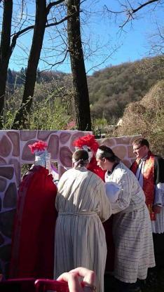 Jézust a sziklasírba temetik