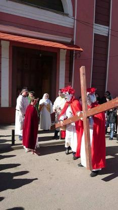 Jézus megkapja a keresztet