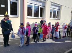 Az előkészítősök már várják a farsangi menet elindulását az udvaron