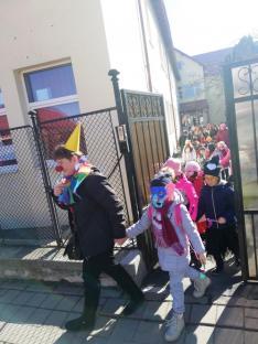 Elindult a farsangi felvonulás a Zajzoni Rab István Iskolából