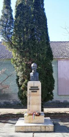 Zajzoni Rab István megkoszorúzott szobra az iskola udvarán