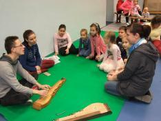 Korpás Réka és Dömény Krisztián zenével, dallal és hangszerbemutatóval kedveskedik