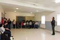 Hajtman Béla, az iskola igazgatója üdvözli a diákokat