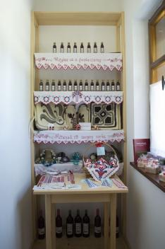 A tájház ajándékboltjában a helyi népi iparművészek munkái is megvásárolhatók