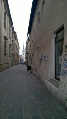 Kassa, utcarészlet háttérben a református templommal