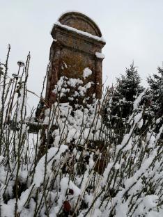 A téli temető egy sírköve