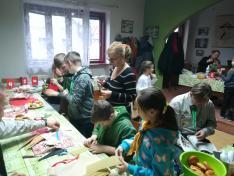 Gyermekek és felnőttek együtt készítettek ajándékokat