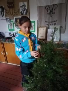 Az eslő dísz a fára kerül