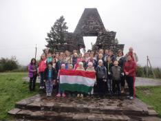 Csoportkép a magyar honfoglalás millecentenáriumi emlékművénél
