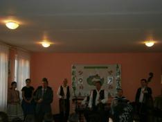 Györke Róbert, a Nagygejőci Általános Iskola igazgatója köszönti a vendégeket